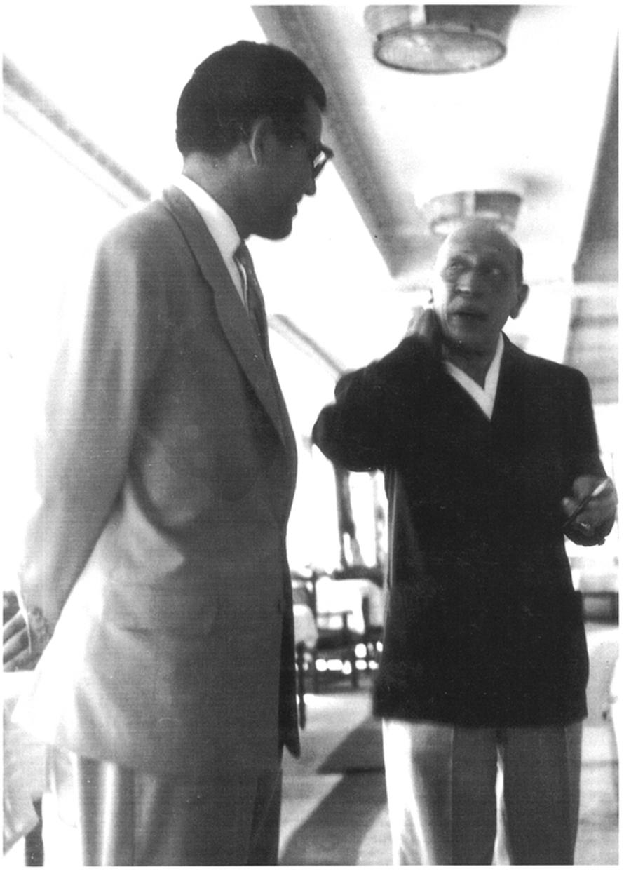 Ο θείος μου Πέτρος Παπαευθυμίου (αριστερά) με τον Ιγκόρ Στραβίνσκι. «Πόζα που εμένα σκηνή ολόκληρη επιπλέον από το ''Και το πλοίο φεύγει'' του Φελίνι μου θυμίζει, τον Φελίνι δημοσιογράφο να προσπαθεί να συνεντευξιάσει τον Πρίγκιπα εν πλω...»