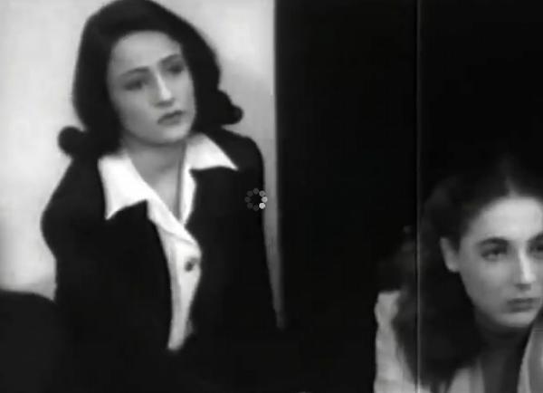 Η Αρετή Παπούλια-Κοκκίδου, μητέρα της Ελένης, με την Έλλη Λαμπέτη, στη μία και μόνη μοναδική εμφάνιση στον κινηματογράφο, στους «Αδούλωτους Σκλάβους» του 1946.