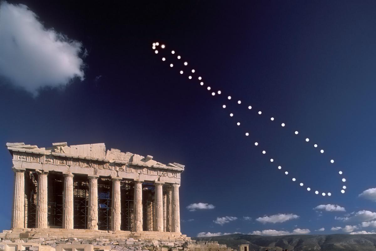 2003, Ανάλημμα. Φωτογράφιση της θέσης του Ήλιου την ίδια πάντα ώρα κατά την διάρκεια ενός έτους.
