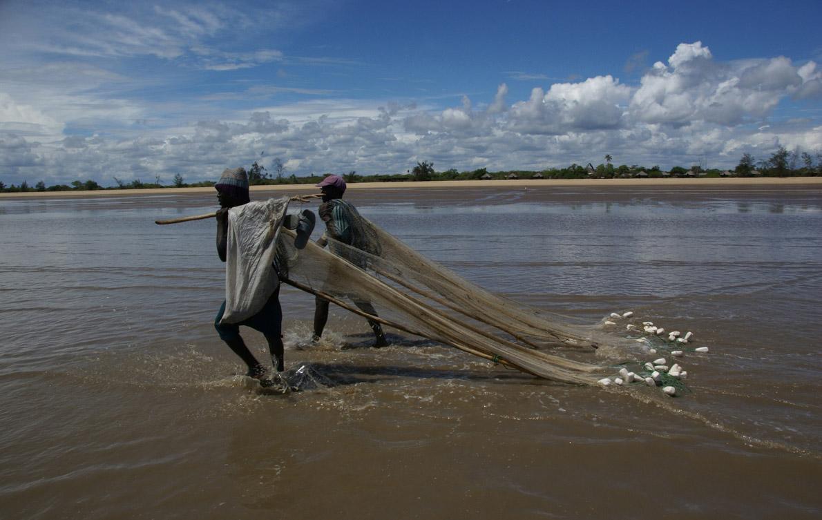 Ψαράδες μαζεύουν τα δίχτυα τους στην άμπωτη του Ινδικού Ωκεανού, μπροστά από το Saadani Safari Lodge.