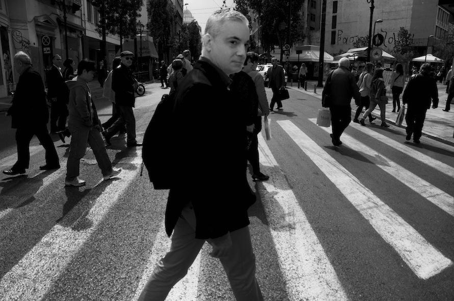 Ο Νίκος Βατόπουλος φωτογραφημένος, όπως αρμόζει, στο κέντρο της Αθήνας.