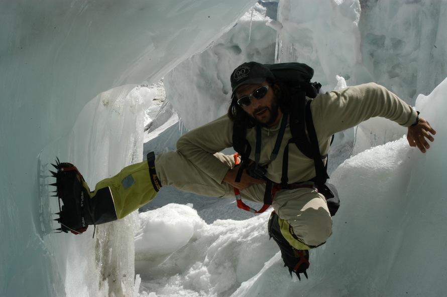 Φωτο 3. Στον παγετωνικό καταρράκτη Kumbu Ice Fall , στο Έβερεστ  (5.800 μ. υψόμετρο).  photo: Βασίλης Οικονόμου