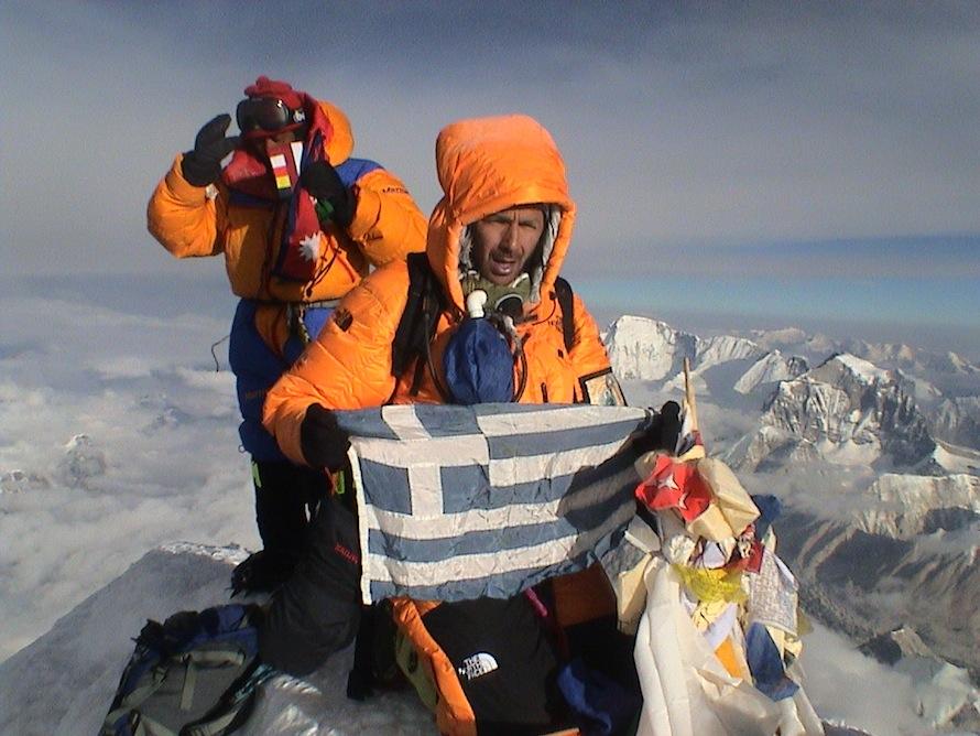 Νίκος Μαγγίτσης και Apa Sherpa στην κορυφή του Έβερεστ (8.850 μ.) στις 17 /5/ 2004, ώρα 05:45.