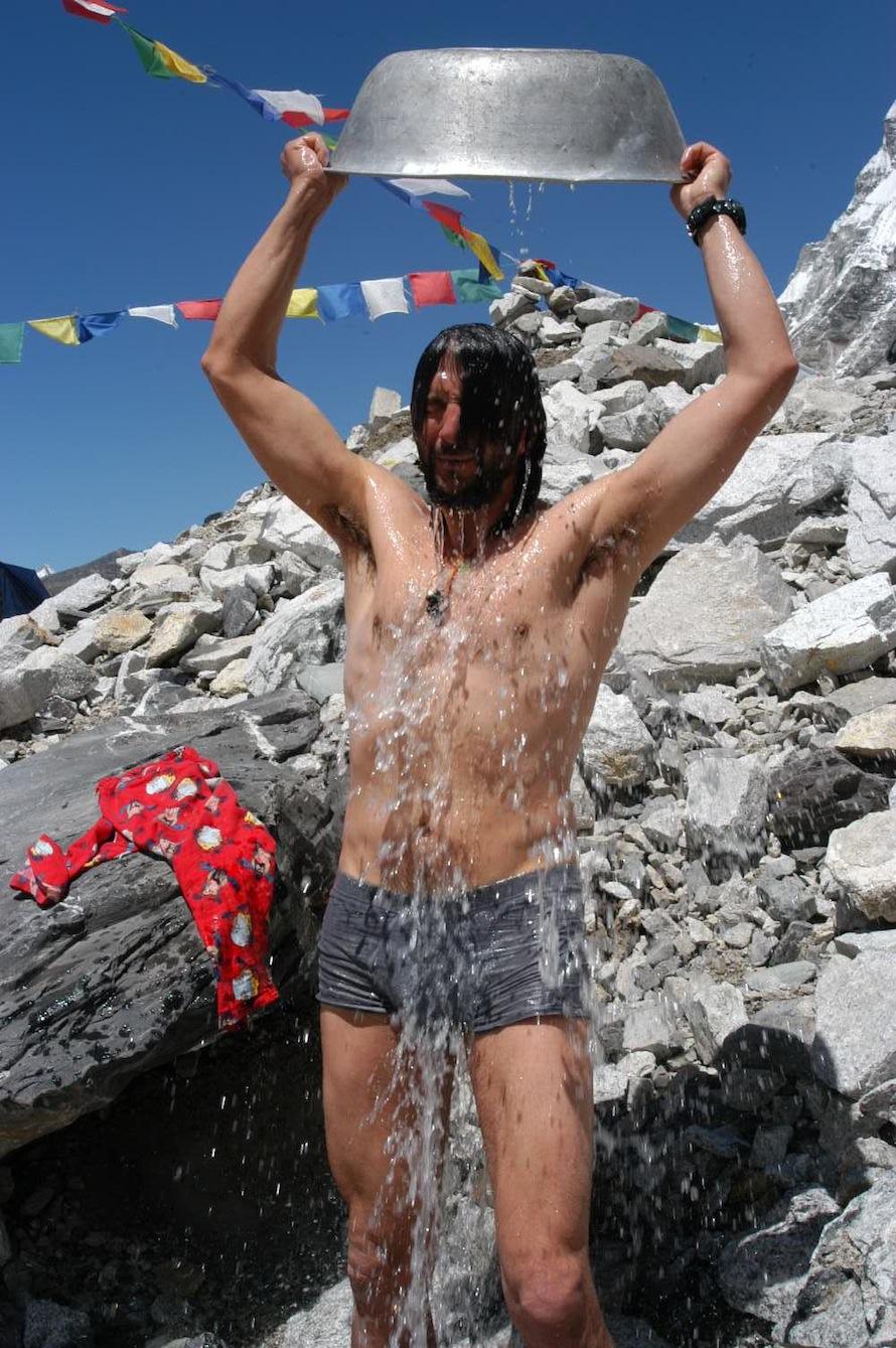 Μπάνιο στην κατασκήνωση βάσης, στο Έβερεστ, 5.370 μ.  photo: Βασίλης Οικονόμου