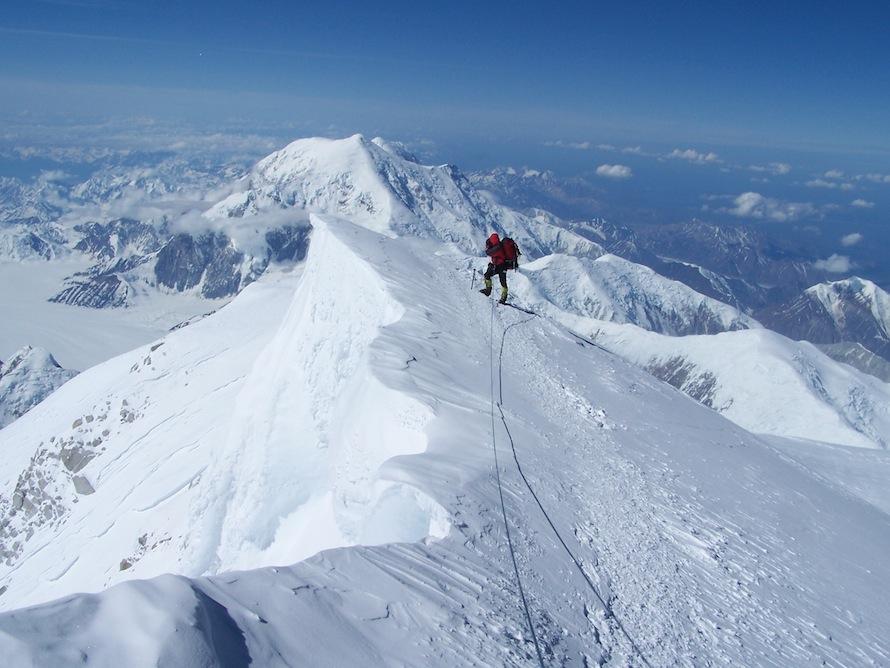 Ο Αμερικανός σχοινοσύντροφος  του Μαγγίτση, Φίλιπ Ντεζαρντέν, στην κορυφή (6.193 μ.) του Μακ Κίνλεϊ , στην Αλάσκα.
