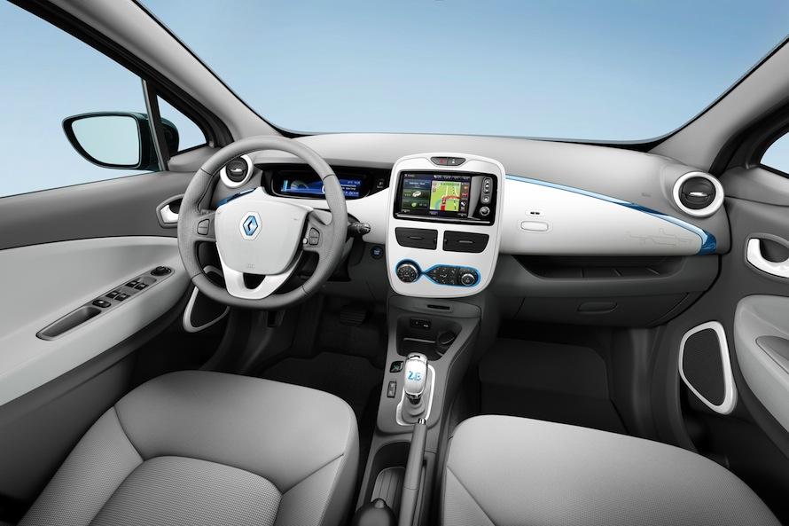 Στο φουτουριστικό εσωτερικό η κεντρική κονσόλα αλλάζει χρώμα ανάλογα με τον τρόπο οδήγησης (πράσινο  για «οικολογική», μπλε  για «ουδέτερη», μοβ για «σπορ και δαπανηρή») και προσφέρει συμβουλές για οικονομικό τρόπο οδήγησης.