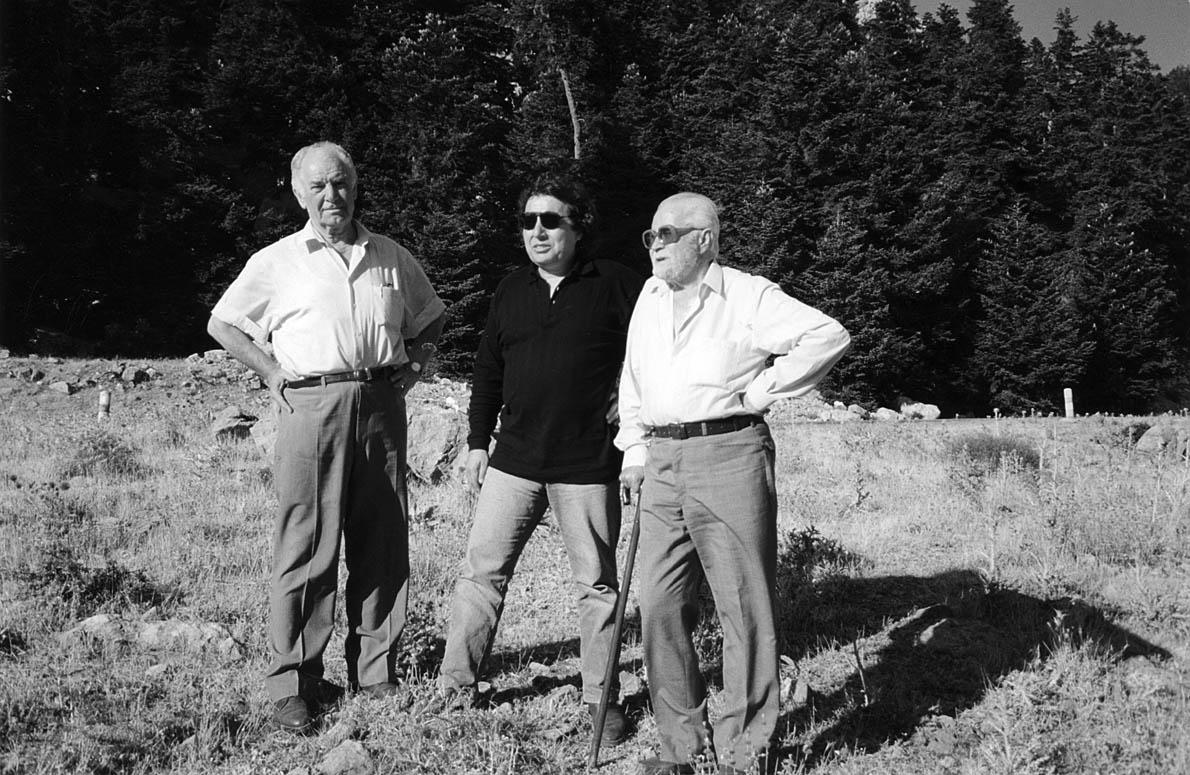 Ο Διονύσης Χαριτόπουλος με τον Περικλή (δεξιά) και τον Νικηφόρο (αριστερά). «Όπου πήγε πήγα», γράφει για τον Άρη στον πρόλογο του βιβλίου. Έπρεπε να δω τους τόπους που έδρασε και να ακούσω τους ανθρώπους που τον γνώρισαν και έζησαν μαζί του».