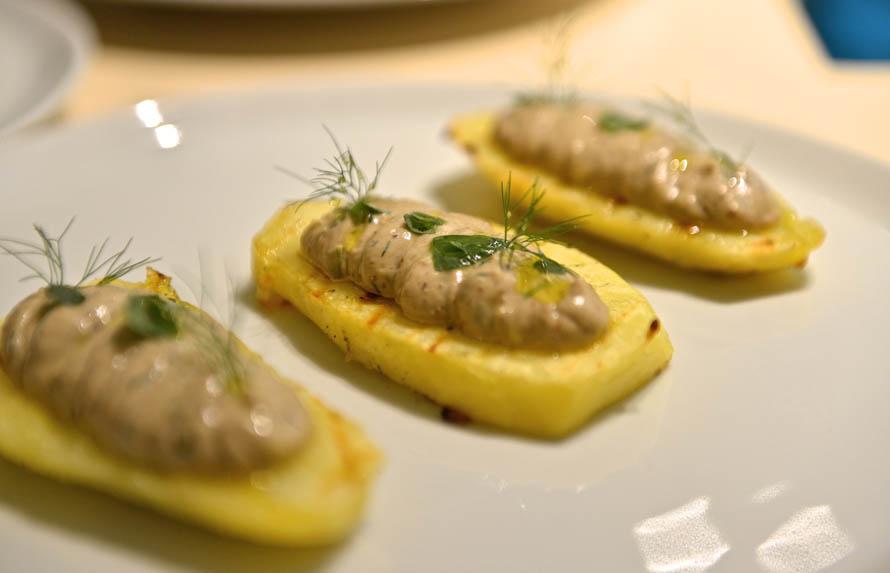 Η ψητή πατάτα με τη ρέγγα είναι μία από τις προσεγγίσεις της νεο-κερκυραϊκής κουζινικής άποψης του Αριστοτέλη Μέγκουλα.
