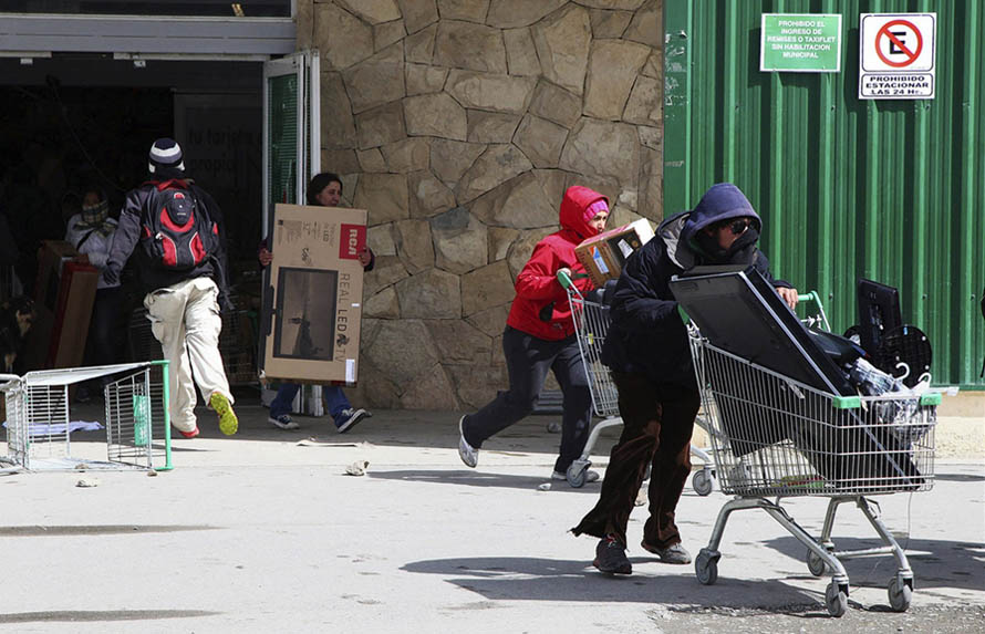 Looters take goods from a supermarket in San Carlos de Bariloche, Argentina, Dec20, 2012