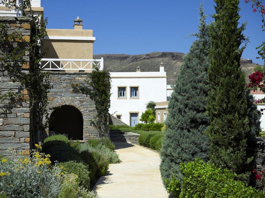 Ένα σύμπλεγμα από παραδοσιακού στυλ κτήρια με καμάρες, ώχρα και λευκό, ανάμεσα από κήπους συμπληρώνει το τοπίο του Porto Kea Suites.