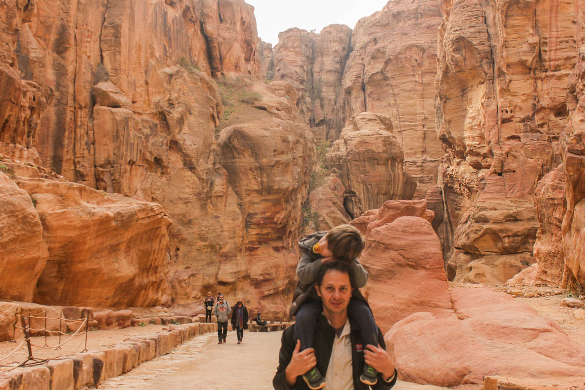 «Προσπαθούμε ο γιος μας να ακολουθεί τον δικό μας τρόπο ζωής κι όχι το αντίθετο. Ταξιδεύουμε πολύ. Στα πιο πολλά ταξίδια είναι μαζί μας και ο Αλέξανδρος Χρήστος! Τώρα είναι τεσσεράμισι ετών και έχει ταξιδέψει μαζί μας σε δέκα χώρες. Από την Ιορδανία έως το Μαρόκο, την Ισλανδία και τις Φιλιππίνες», λέει ο Θοδωρής Αναγνωστόπουλος (Στη φωτογραφία Petra, Jordan Dec 2013- 3 years old)