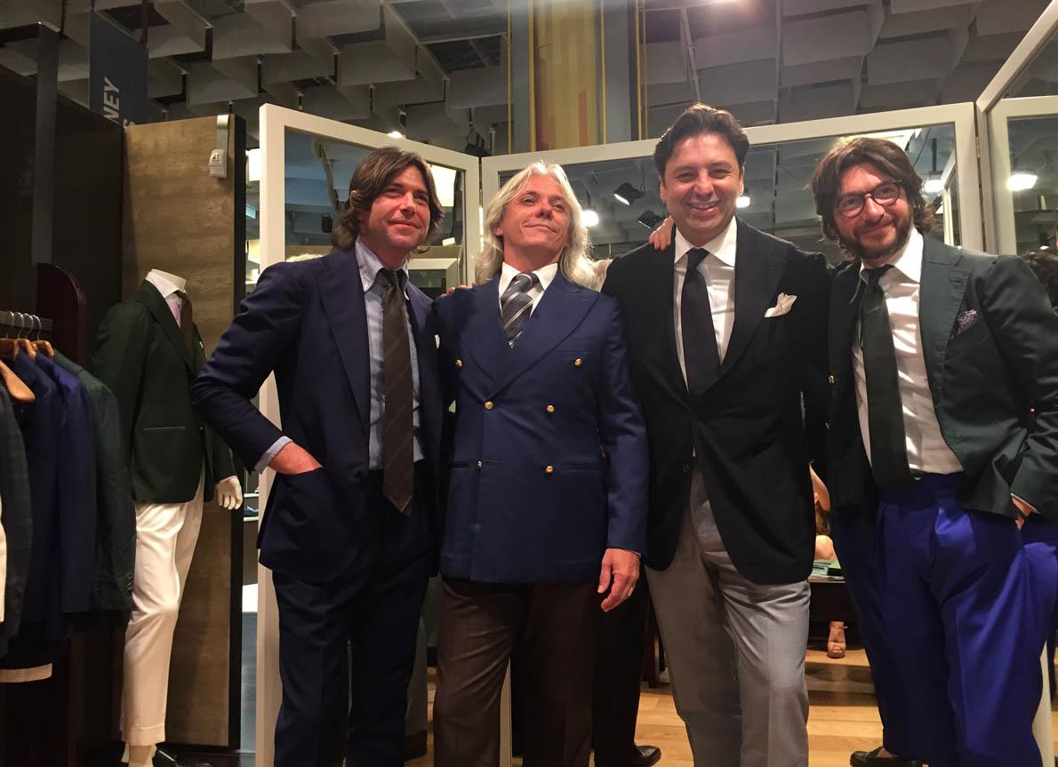 Ιστορική στιγμή ο Hugo Jacomet του πλέον έγκυρου blog Parisian Gemntleman, με τους αδελφούς Ricci της Sciamat, φορώντας σταυρωτό Sciamat και όχι Cifonnelli.