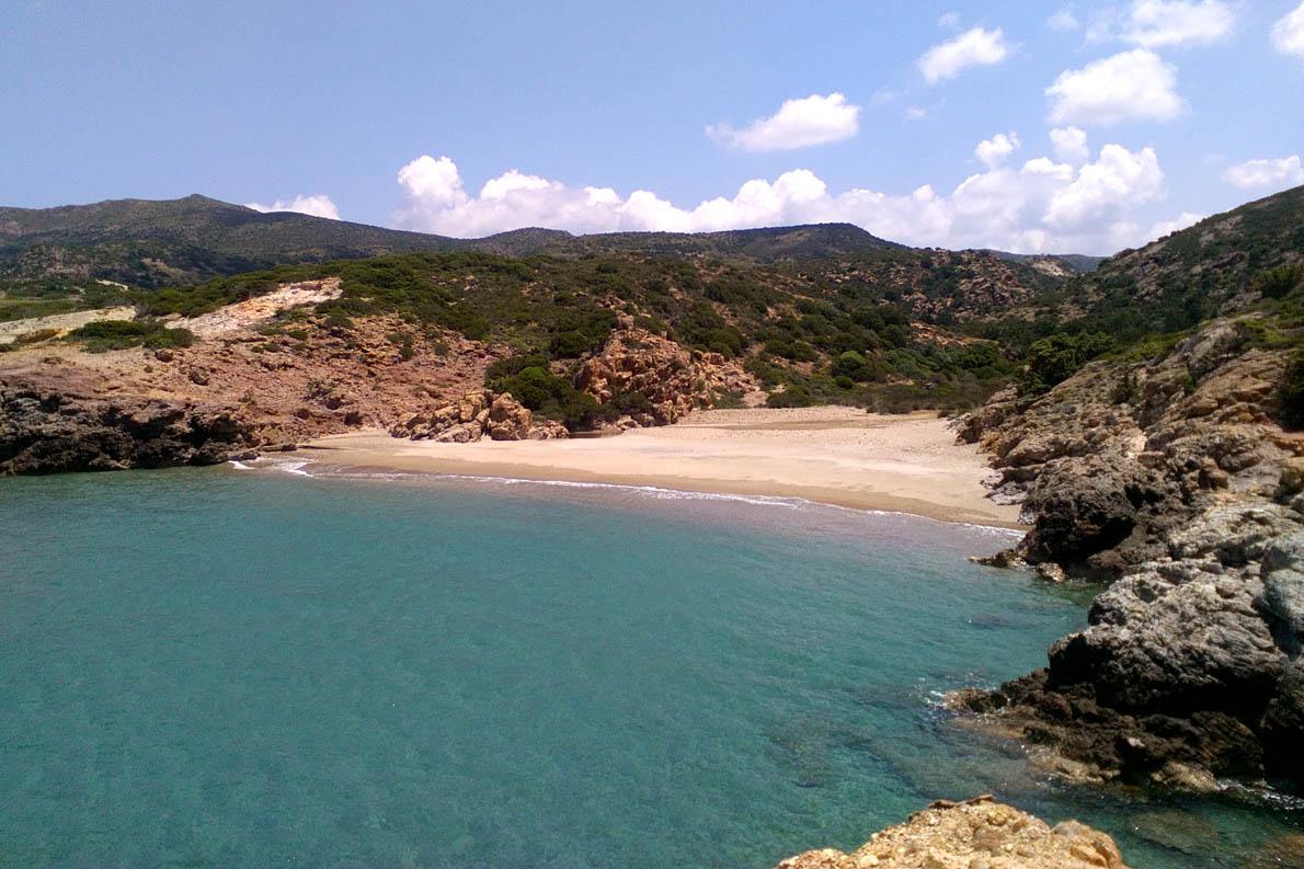 Μία από τις παρθένες παραλίες στο Αμουδαράκι.