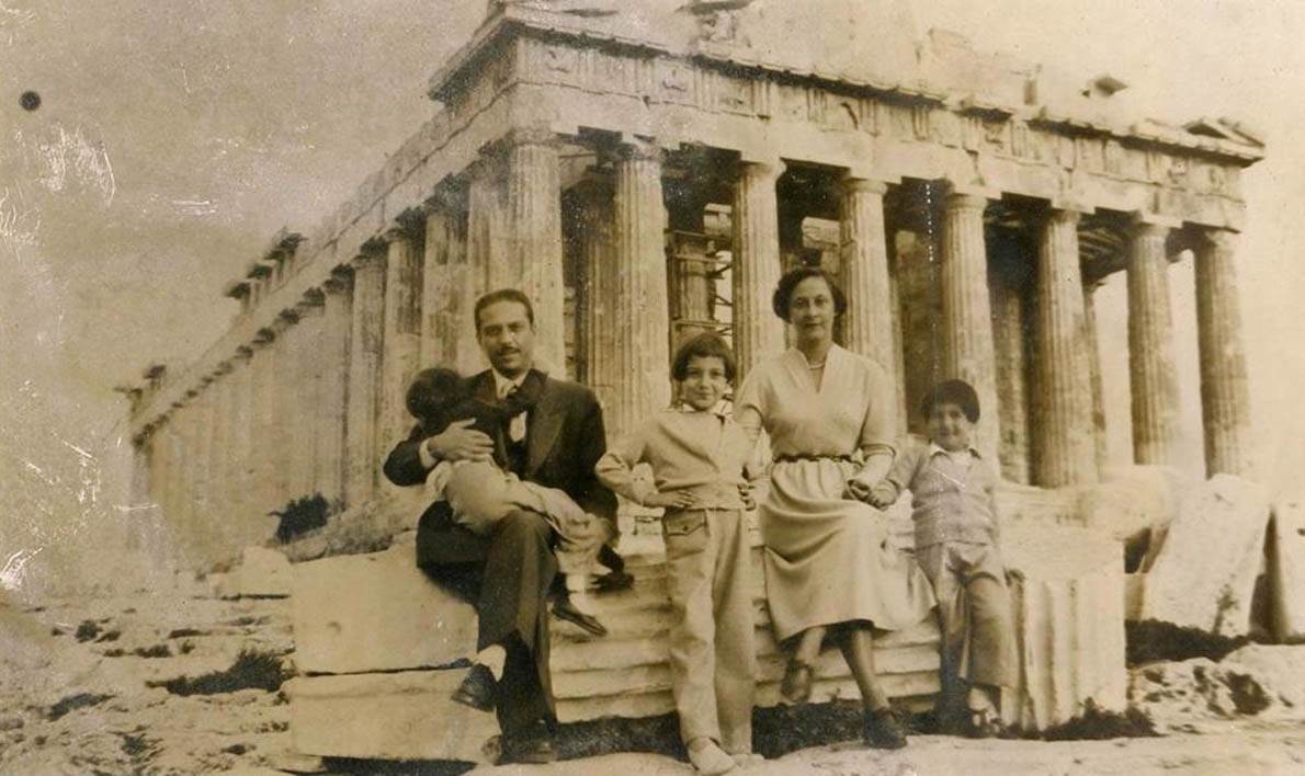 Στην Ακρόπολη, τέλη της δεκαετίας του '40, από αριστερά, ο Κωνσταντίνος Δοξιάδης (στην αγκαλιά του η Ευφροσύνη), η Ανθή, η Έμμα Δοξιάδη και η Καλή. Ο γιος της οικογένειας, ο συγγραφέας Απόστολος Δοξιάδης, θα ερχόταν αργότερα, το 1953. (Φωτογραφία: Προσωπικό αρχείο Ανθής Δοξιάδη)
