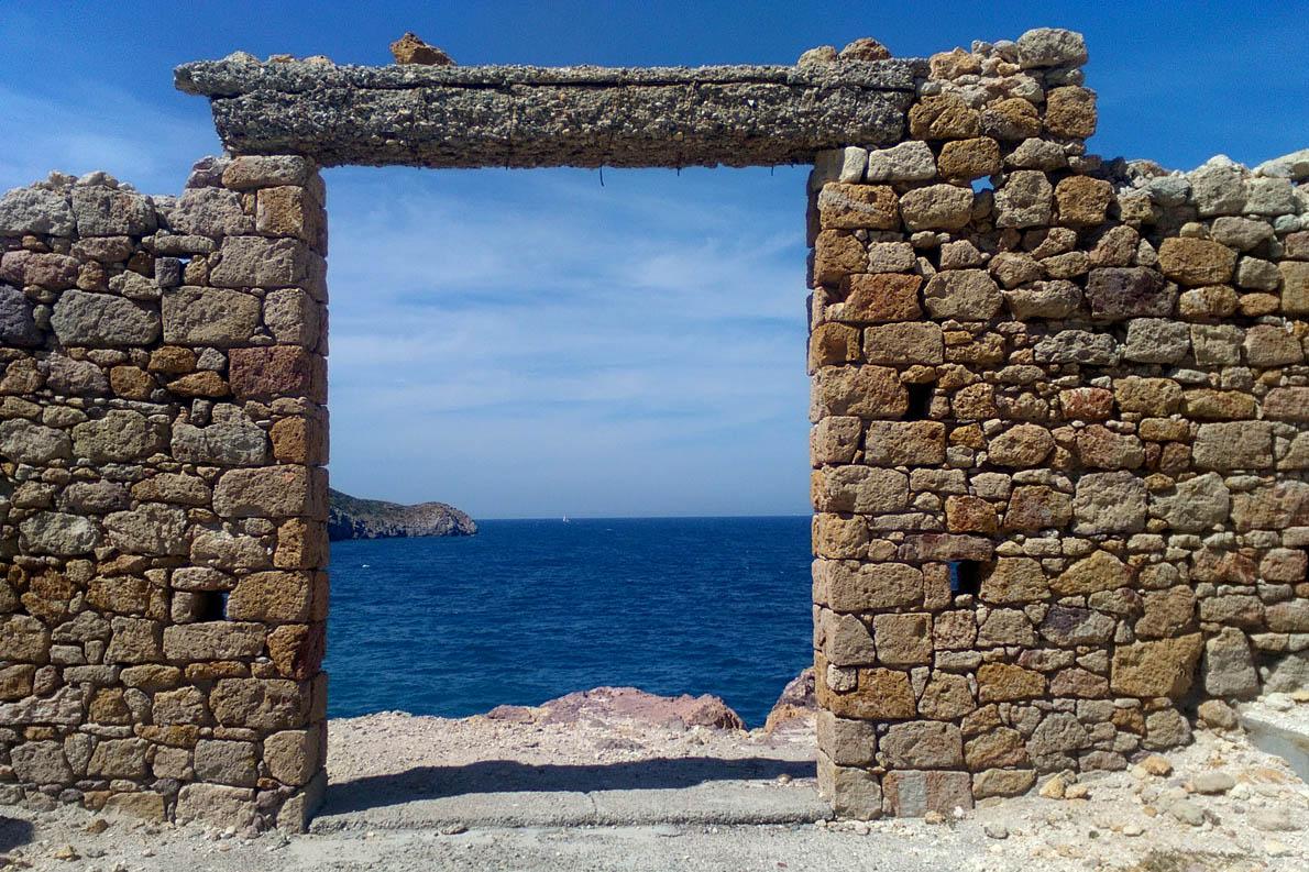 μια παράξενη πύλη στη Θάλασσα, υπόλειμμα του εξορυκτικού παρελθόντος της Μήλου και της μεταφοράς του από θαλάσσης, στο Φυροπόταμο.