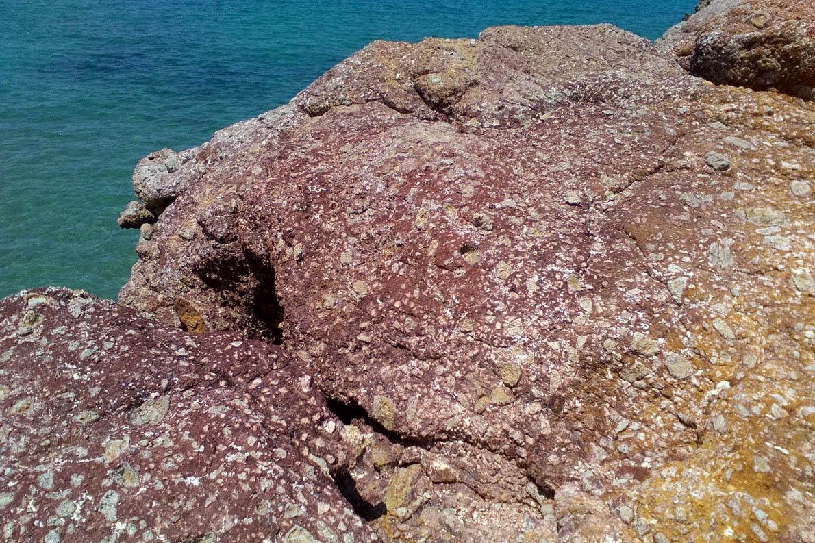 Βράχος στο Αμουδαράκι, ψηφιδωτό με έντονα χρώματα.