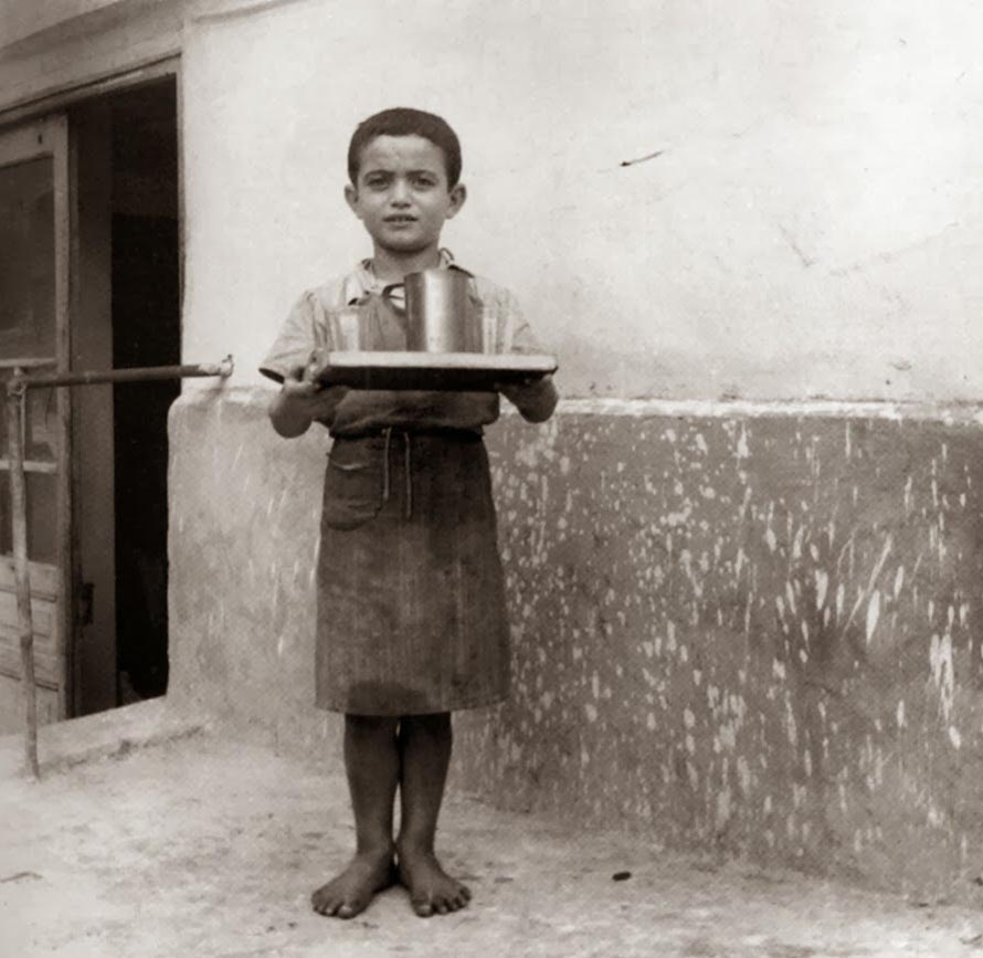 «Δεν υπάρχει κανείς που να μπορεί να κάνει τα παιδιά να πιστέψουν ότι το θάρρος είναι για τους πραγματικούς και ζωντανούς ανθρώπους. Οι μόνοι που θα μπορούσαν να τους το έχουν διδάξει αυτό πειστικά είναι οι γονείς, αλλά αυτοί εσιώπησαν». (Φωτογραφία: Από το λεύκωμα «Η άλλη Ελλάδα, 1950-1965, Φωτογραφικό Αρχείο Κ. Μεγαλοκονόμου», εκδόσεις Τόπος).