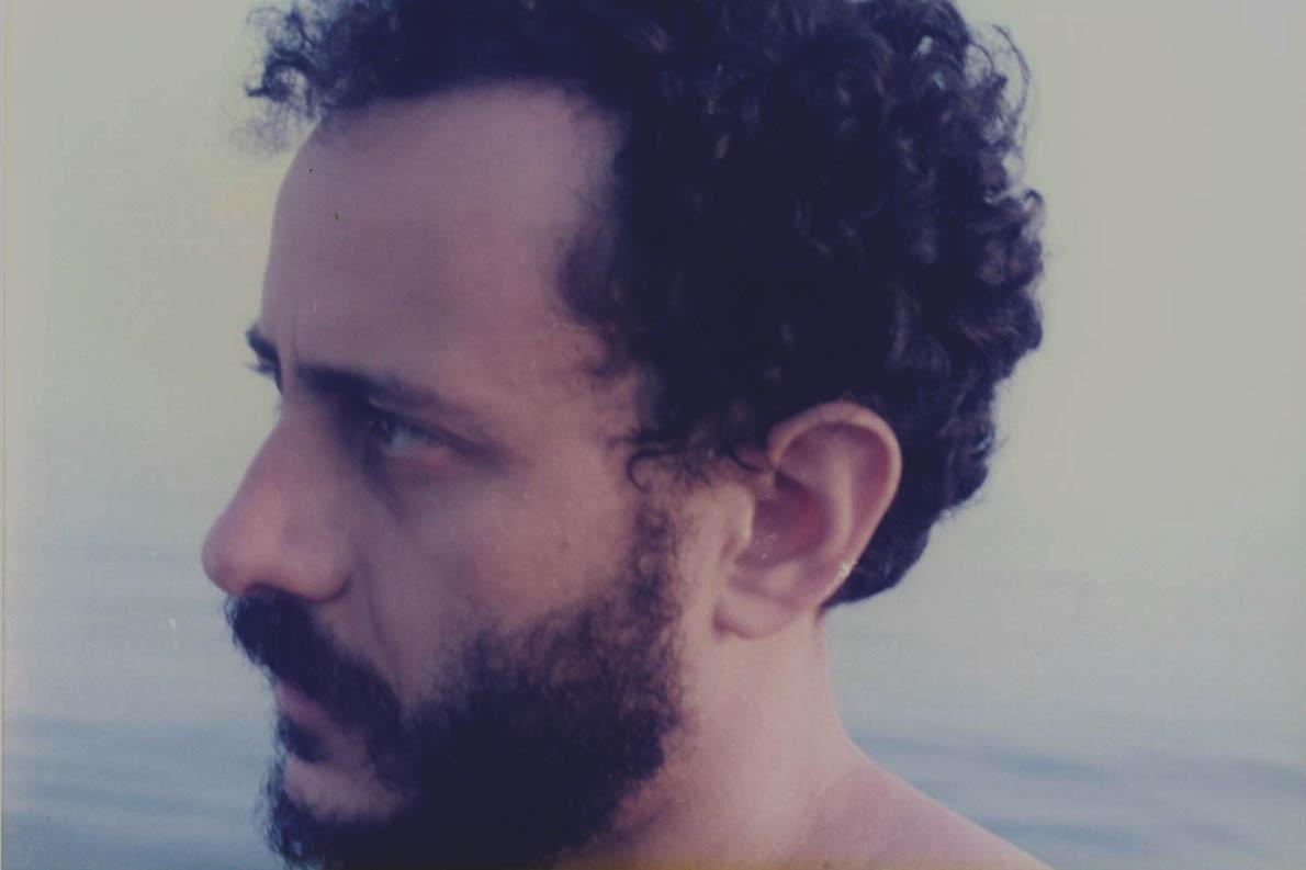 «Η παράμετρος της νοσταλγίας του πατρώου νησιού έχει διοχετευθεί σε μια γενικότερη νοσταλγία Αγαθού», γράφει ο Γιώργος Βέης –στη φωτογραφία το καλοκαίρι του 1985 στη Σάμο της καρδιάς του.