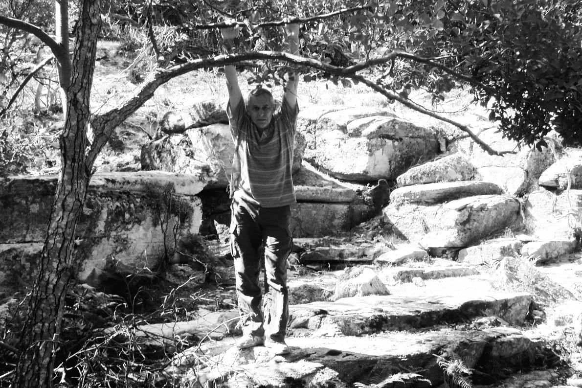 Ο Άρης Μαραγκόπουλος στα βουνά της Ικαρίας, όπου εμπνεύστηκε ένα κεφάλαιο του βιβλίου του «Η Μανία με την άνοιξη». «Οι κάτοικοι εδώ», γράφει, «διδάσκουν τα πάντα από την αρχή: τη φιλοξενία, το φιλότιμο, τη βραδύτητα που συνοδεύει τη φιλοσοφημένη σχόλη, τον έρωτα, την κοινωνική ισότητα, τη διεκδίκηση μιας καλύτερης ζωής...»