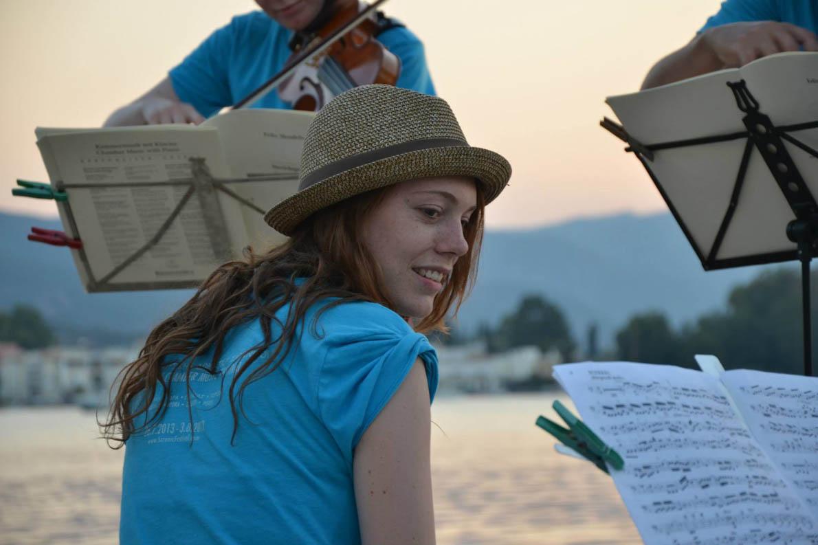H Hannah Strijbos, μέλος του μουσικού σχήματος Leondari Enseble, κατά την ώρα της πρόβας στον Πόρο.