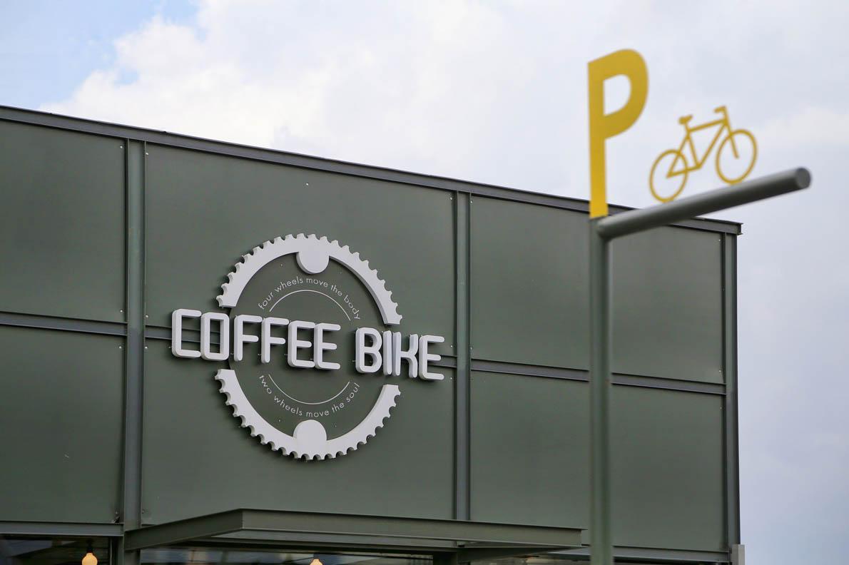 Το γκρι στο εξωτερικό μπορεί να κυριαρχεί όμως το Coffebike έχει πράσινη συνείδηση και… menu.