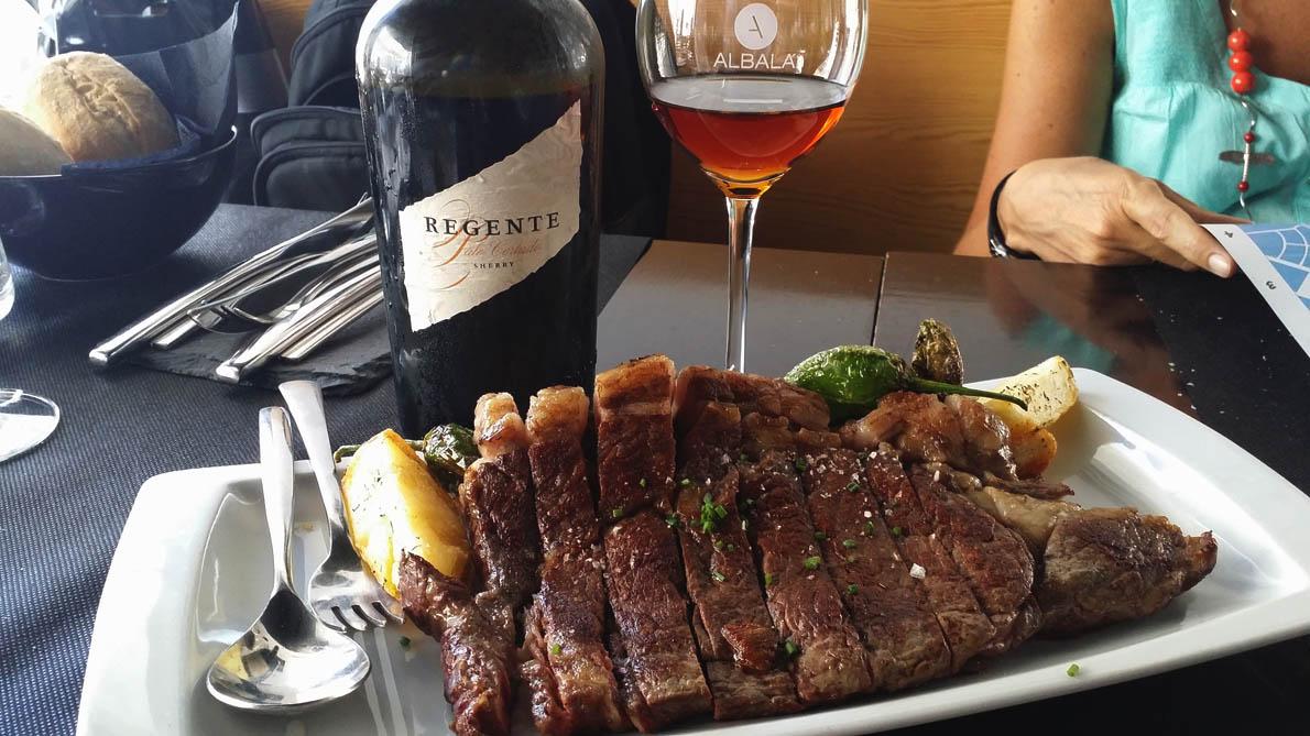 Μπριζόλα retinta παρέα με ένα ποτήρι Palo Cortado σέρι Romate, στο εστιατόριο Albalá στο Χερέθ-1190
