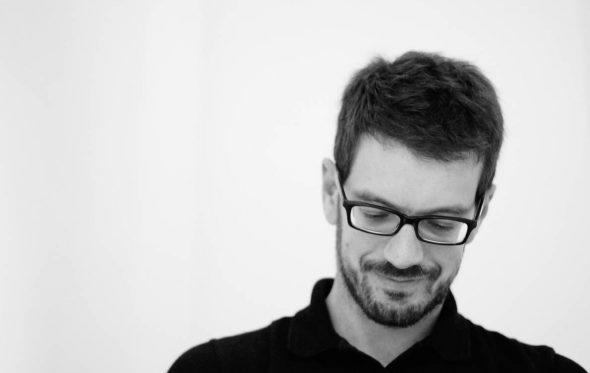 Άκης Παπαντώνης: «Έτσι μου έμεινε η συνήθεια της διασπασμένης ανάγνωσης»