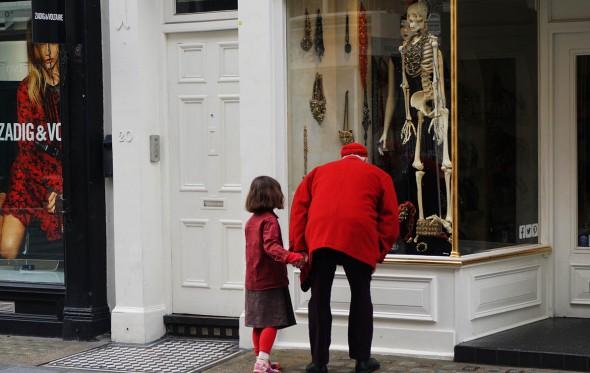 Ήταν μόνοι στον δρόμο, ένας παππούς και μία εγγονή
