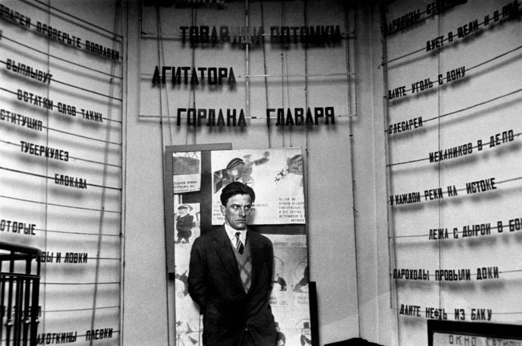 Moscow. Poet Vladimir Mayakovsky attends the exhibition of satire drawings. (Photo ITAR-TASS ) Μξρκβΰ. Οξύς Βλΰδθμθπ Μΰκξβρκθι νΰ βϋρςΰβκε πθρσνκξβ ρΰςθπϋ. Τξςξ ΘΐΠ-ΐΡΡ