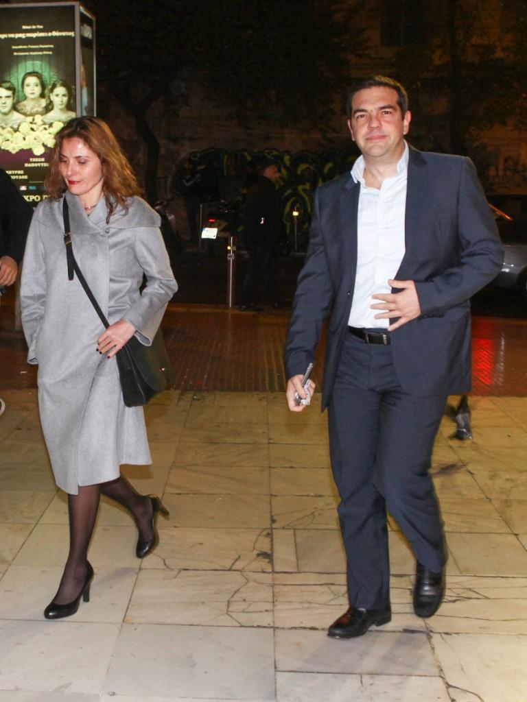 """Ο πρωθυπουργός Αλέξης Τσίπρας με την σύζυγό του Περιστέρα Μπαζιάνα, στην ειδική πρεμιέρα για τον πολιτικό κόσμο του νέου έργου """"Θεέ μου, τι σου κάναμε"""" του Λάκη Λαζόπουλου, την Πέμπτη 10 Δεκεμβρίου 2015. (EUROKINISSI)"""