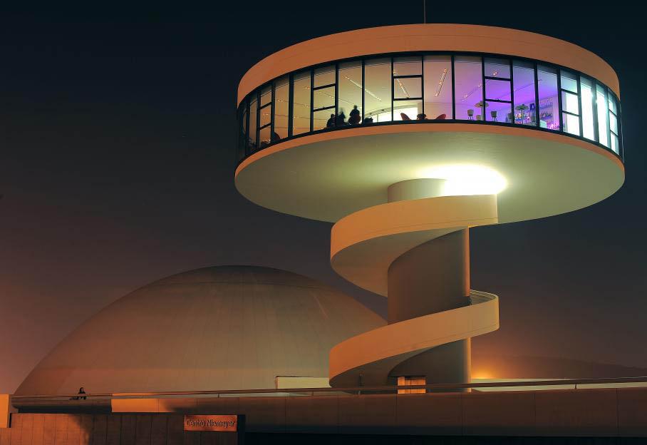 scar Ribeiro de Almeida de Niemeyer Soares a participé à la réalisation de plus de 600 bâtiments en soixante-dix ans de carrière, dont le Centre culturel d'Aviles, dans le nord de l'Espagne. Agences