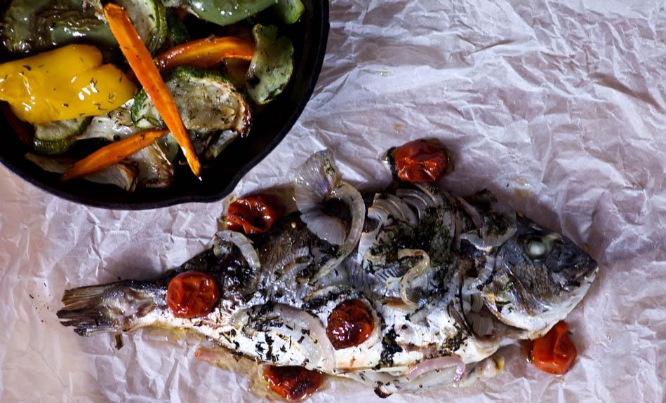 Τσιπούρα στη λαδόκολα με ψητά λαχανικά