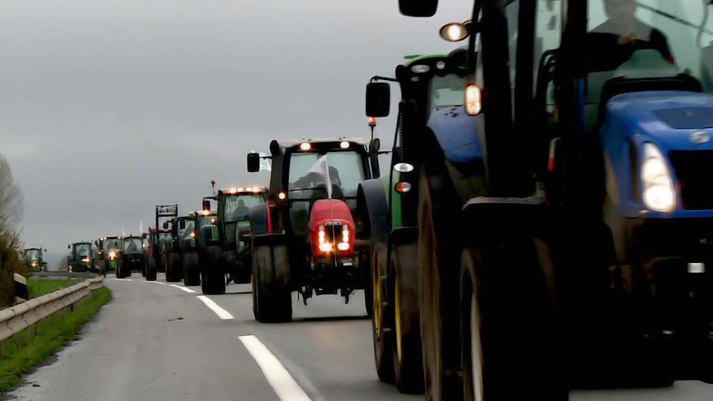 l-autoroute-a2-bloquee-par-les-agriculteurs-du-nord_4525080