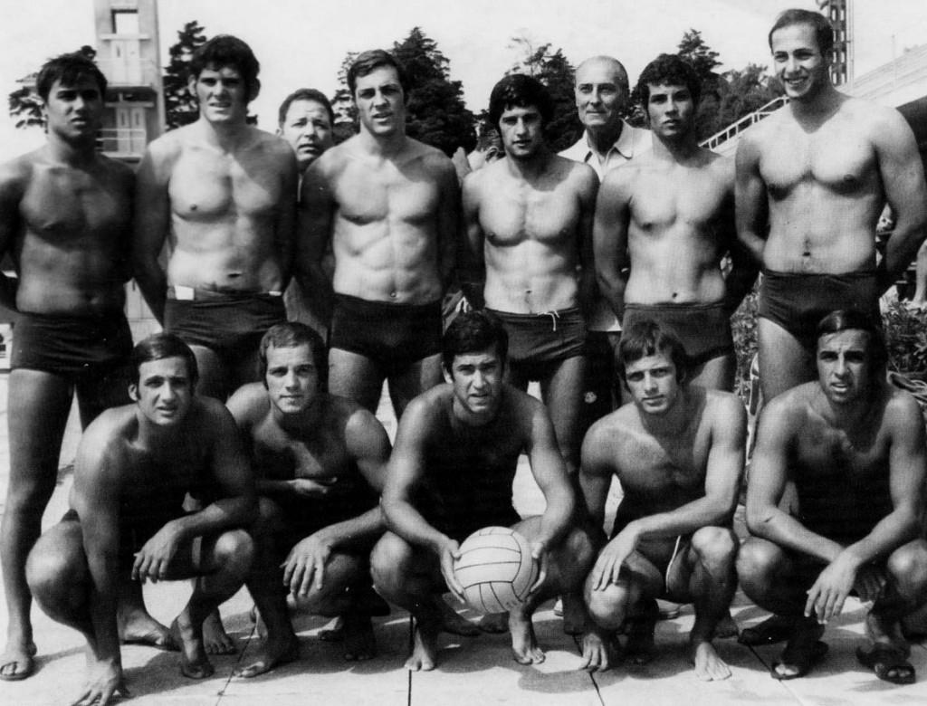 1. Η Εθνική Ελλάδος στους Πανευρωπαϊκούς του 1967, με προπονητή τον Σάροσι. Ο Δημήτρης Κώνστας όρθιος, πρώτος από δεξιά