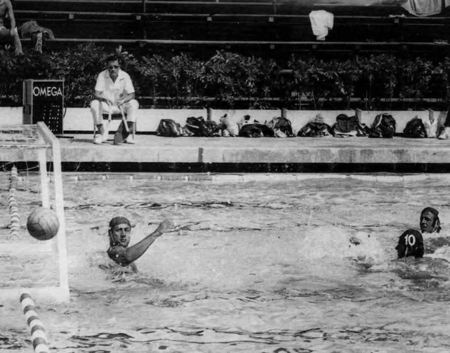 4. Ο Κώνστας στην πισίνα του Ζαππείου, με σκουφάκι ακόμη χωρίς προστατευτικά καλύμματα για τ' αυτιά