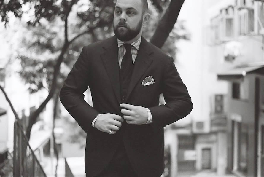 blue-suit-in-black-and-white-ethan-desu