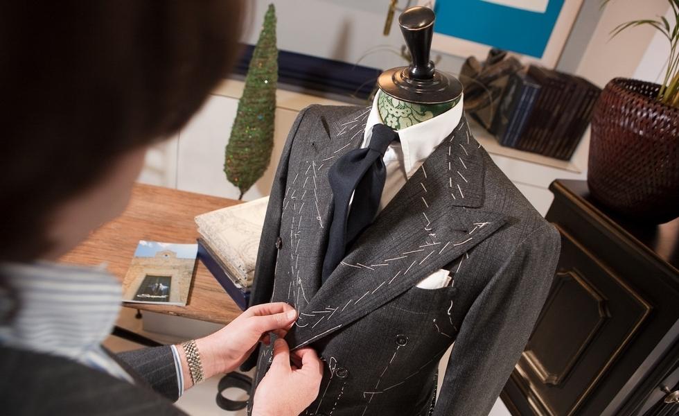 Το χειροποίητο σακάκι Sciamat είναι αρχοντικό και επιβλητικό (φαρδιά πέτα, ψηλό κολάρο, έντονο στήθος, στενή μέση), και παράλληλα καλλιτεχνικό, μποέμ και... ροκ!