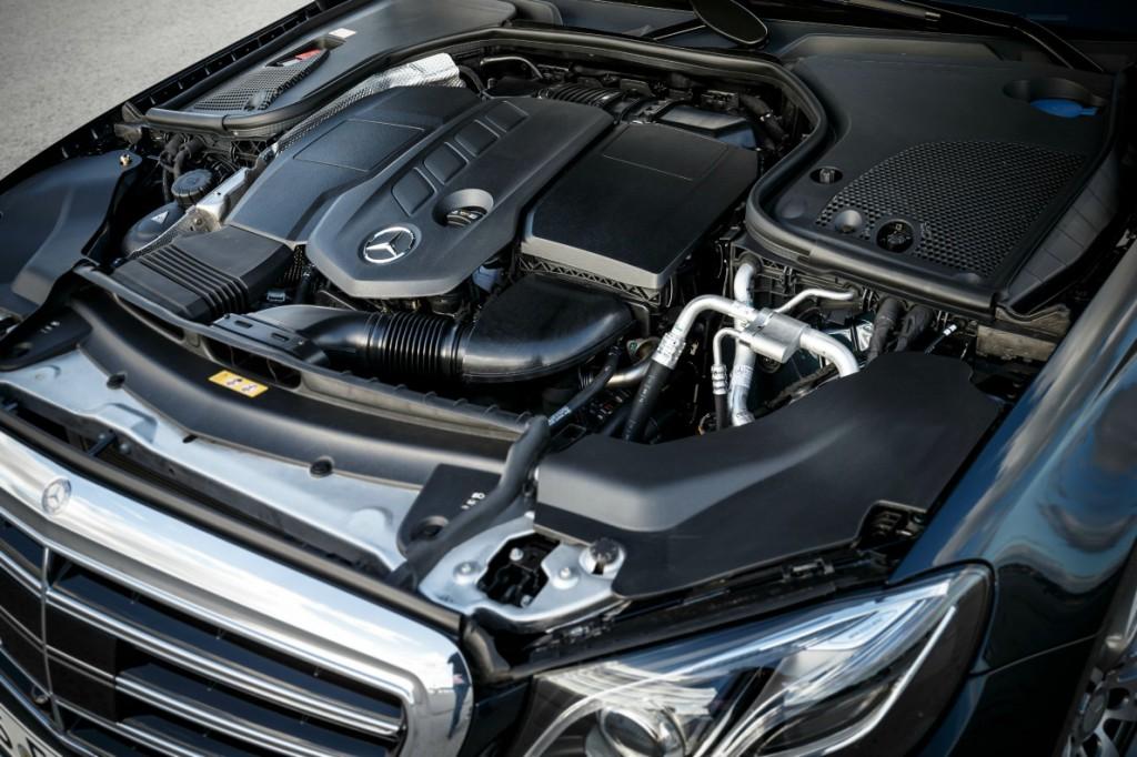 Ο καινούριος 2λιτρος, 4κύλινδρος diesel της Ε220d αποδίδει 195 ίππους και 400 Nm. Υπάρχει και βενζινοκινητήρας, επίσης 2λιτρος και 4κύλινδρος, απόδοσης 184 ίππων και 300 Nm, για την Ε200. (photo credit Mercedes-Benz).