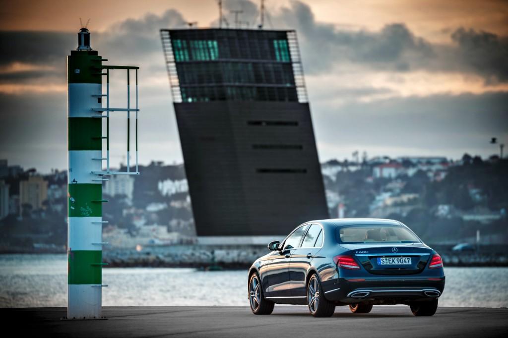 Τα πίσω φώτα δένουν ιδανικά με το αμάξωμα προσδιορίζοντας με σαφήνεια την E-Class ως το νέο μέλος της οικογένειας των μεγάλων Mercedes. (photo credit Mercedes-Benz).