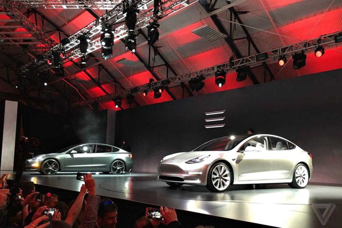 """Το βασικό Model 3 θα επιταχύνει από 0-100 km/h σε 6"""". Οι ακριβότερες εκδόσεις θα είναι ακόμη ταχύτερες. Όπως και τα άλλα δυο μοντέλα της Tesla, και αυτό «οδηγείται» μόνο του αποφεύγοντας εμπόδια και συγκρούσεις. (photo credit theverge.com)."""