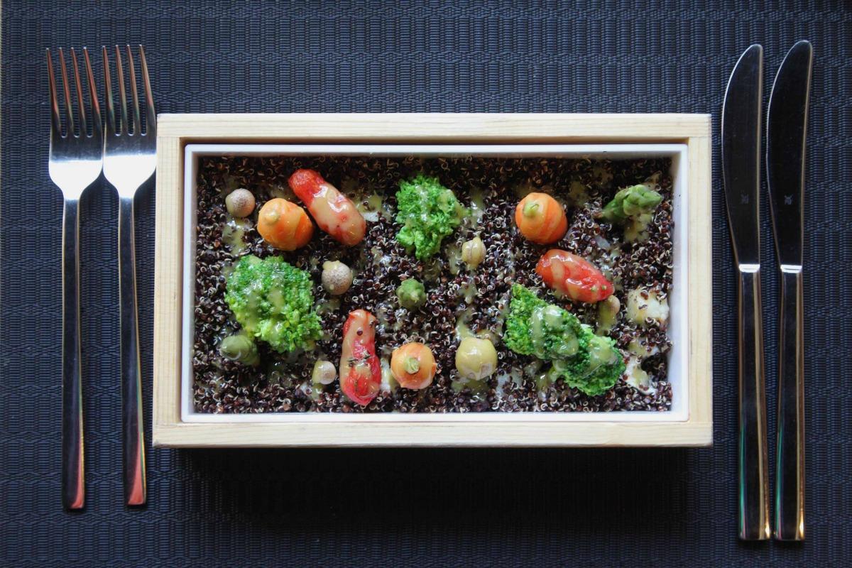 Μικρογραφία κήπου με quinoa σε ξύλινο κουτί