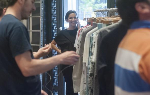 Η Αλεξάνδρα Κεχαγιόγλου αποκαλύπτει τη δική της Ιθάκη στη βιτρίνα του οίκου Hermès