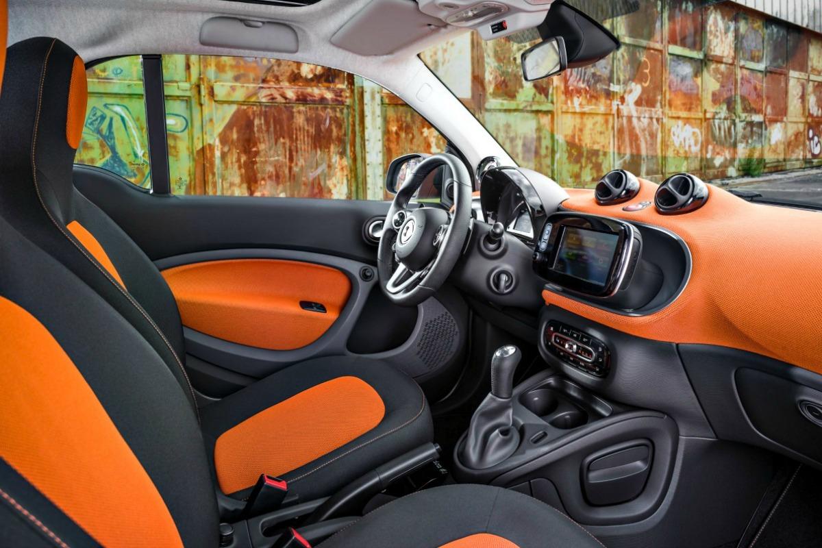 Der neue smart fortwo 2014: Polsterung in Stoff schwarz/orange, Instrumententafel und Türmittelfelder in Stoff orange und Akzentteile in schwarz/grau, smart Media-System