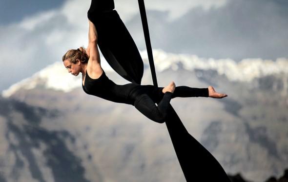 Η Κατερίνα Σολδάτου κοιτάει τον κόσμο από ψηλά