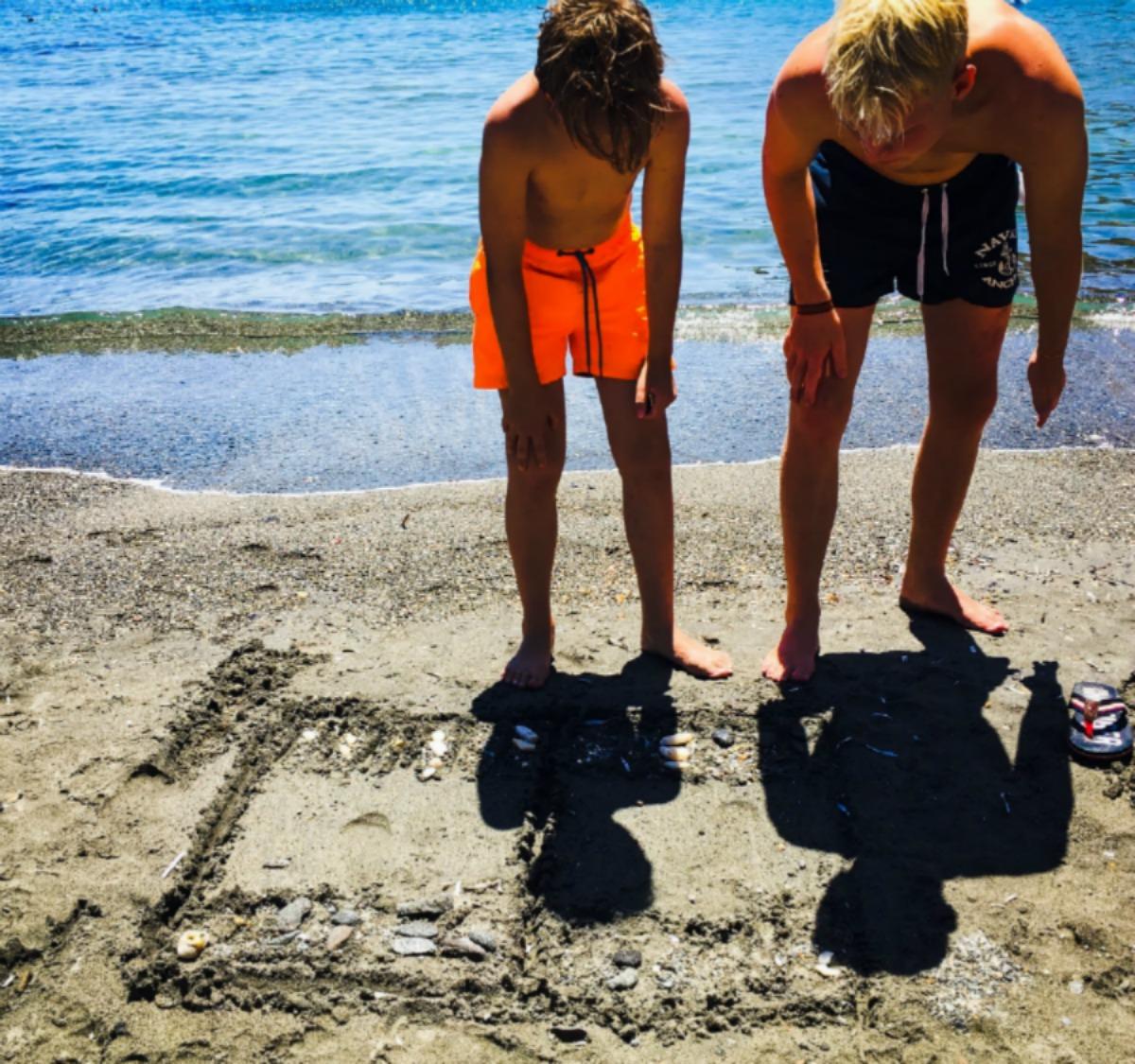 1. BACKGAMMON ON THE BEACH  0f1a236bce2