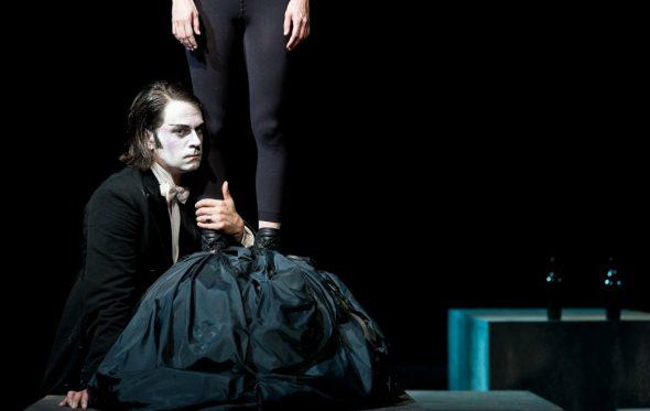 Γιάννος Περλέγκας: «Το θέατρο το λατρεύω και ταυτόχρονα το σιχαίνομαι»