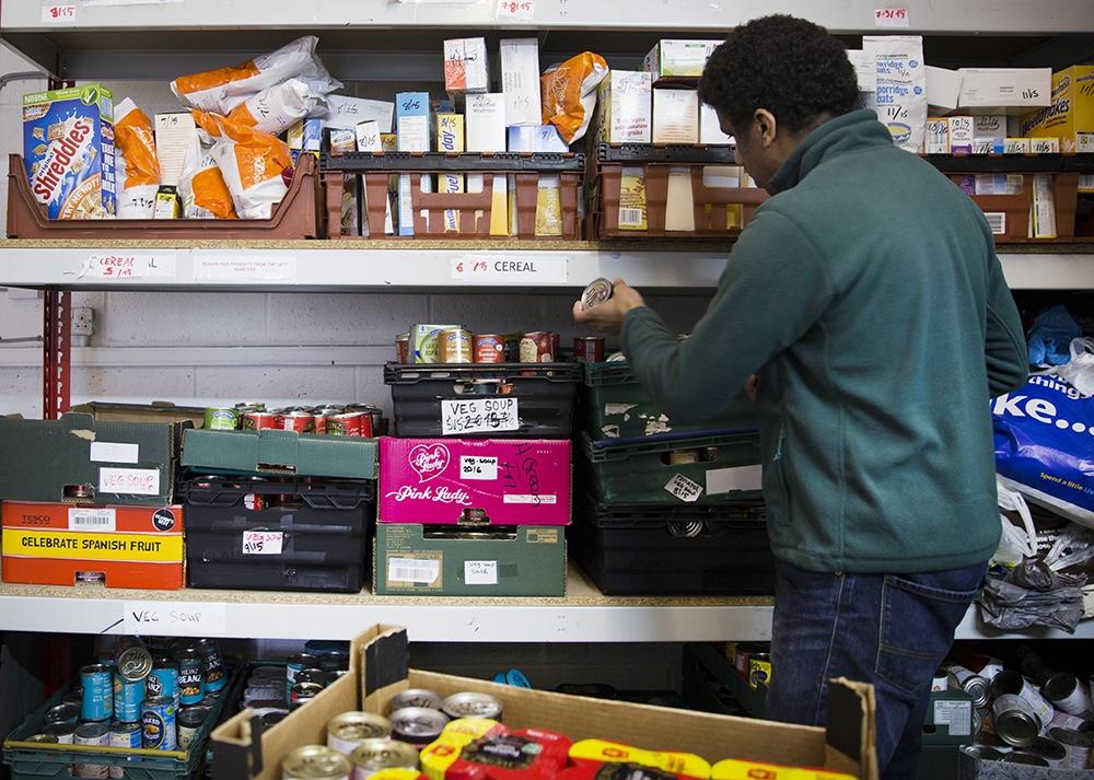 """Σε όλη την Ευρώπη πολλαπλασιάζονται οι λεγόμενες """"τράπεζες τροφίμων"""". Η εικόνα είναι από μια τέτοια""""τράπεζα"""" που ανήκει στο δίκτυο του Trussell Trust, στο Ηνωμένο Βασίλειο. Το συγκεκριμένο δίκτυο περιλαμβάνει περισσότερες από 400 τράπεζες όπου 40.000 εθελοντές εργάζονται για τη διαλογή των τροφίμων που πετιούνται ώστε να φτάνουν σε καλή κατάσταση στους ανθρώπους που τα έχουν ανάγκη."""