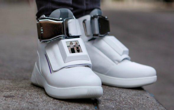 Αυτά τα sneakers έχουν ενσωματωμένη τηλεόραση και φορτιστή κινητού