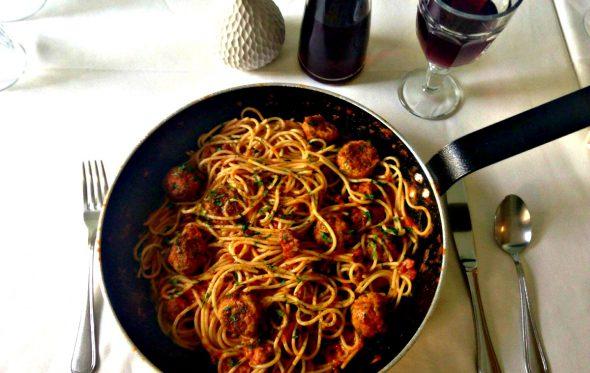 Σπαγγέτι με σαλτσίτσια, πολπετίνι και σάλτσα νάπολι, από το L' Αbbuffata