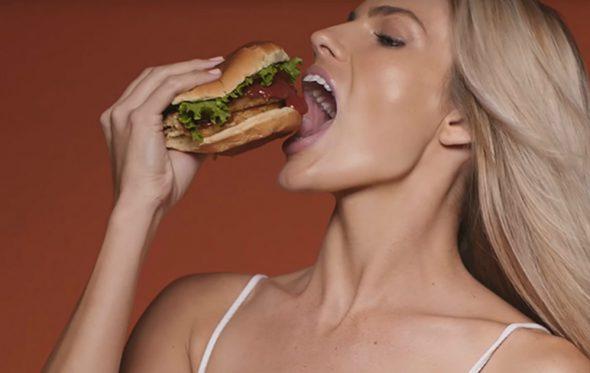 Σε αυτήν τη διαφήμιση κανείς δεν ασχολείται με το burger